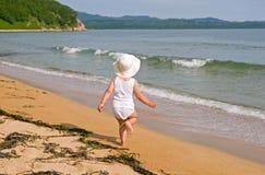 Menina e o mar. Foto de Stock Royalty Free