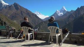 A menina e o menino descansam nas montanhas Himalaias vídeos de arquivo