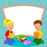 A menina e o menino leram o livro e o quadro Fotografia de Stock Royalty Free