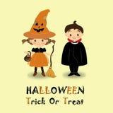 A menina e o menino que vestem o traje de Dia das Bruxas no fundo amarelo ilustração do vetor