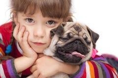 Menina e o Pug-cão Foto de Stock