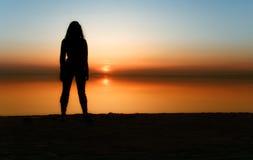 A menina e o sol Fotos de Stock Royalty Free