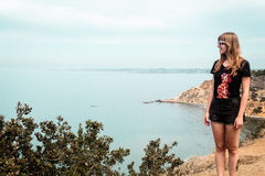 Menina e Oceanview da costa de Califórnia, Estados Unidos fotos de stock royalty free