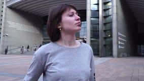 Menina e olhares do turista o Parlamento Europeu em Bruxelas bélgica Movimento lento video estoque