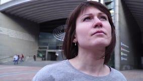 Menina e olhares do turista o Parlamento Europeu em Bruxelas bélgica Movimento lento efeito do zumbido da zorra filme