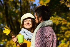 A menina e os amantes farpados do indivíduo ou os felizes na data abraçam Fotos de Stock Royalty Free