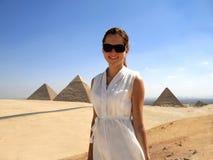 Menina e os piramids egípcios Fotos de Stock Royalty Free
