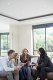 Menina e pais com agente imobiliário At New Property foto de stock royalty free