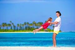 Menina e paizinho bonitos pequenos durante a praia tropical Imagens de Stock