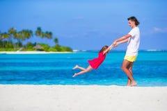 Menina e paizinho bonitos pequenos durante a praia tropical Foto de Stock