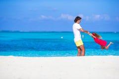 Menina e paizinho bonitos pequenos durante a praia tropical Imagem de Stock