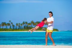 Menina e paizinho bonitos pequenos durante a praia tropical Fotografia de Stock