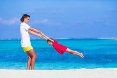 Menina e paizinho bonitos pequenos durante a praia tropical Fotografia de Stock Royalty Free