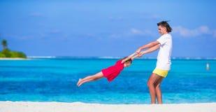 Menina e paizinho bonitos pequenos durante a praia tropical Imagens de Stock Royalty Free