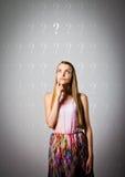 Menina e pontos de interrogação foto de stock