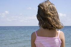 Menina e praia imagem de stock