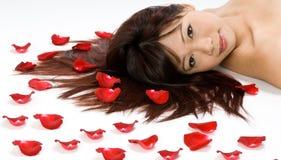 Menina e pétalas de Rosa Imagens de Stock Royalty Free