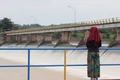 Menina e represa Fotos de Stock
