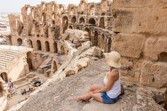 Menina e Roman Amphitheatre, Tunísia imagem de stock
