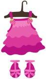 Menina e sapatas de suspensão do vestido Fotografia de Stock Royalty Free