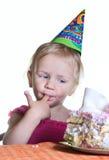 Menina e seu bolo de aniversário Fotos de Stock Royalty Free