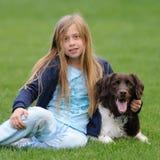 Menina e seu cão fotos de stock