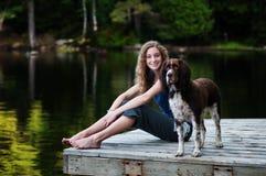 Menina e seu cão de animal de estimação Fotografia de Stock