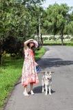Menina e seu cão de puxar trenós fotos de stock royalty free