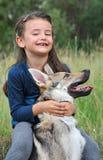 Menina e seu cão do lobo do bebê Foto de Stock