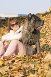 A menina e seu Cane Corso perseguem a apreciação do dia ensolarado Foto de Stock Royalty Free