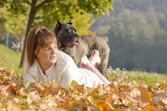 A menina e seu Cane Corso perseguem a apreciação do dia ensolarado Fotos de Stock Royalty Free