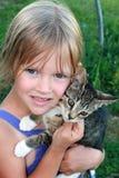 Menina e seu gatinho. Fotos de Stock