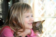 Menina e seu gatinho. Imagens de Stock Royalty Free