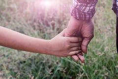 Menina e seu mother& x27; a mão de s arranja o cabelo Imagem de Stock