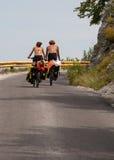 A menina e seu noivo em bicicletas Fotografia de Stock Royalty Free