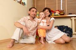 A menina e seus pais fotos de stock royalty free