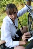 Menina e sua bicicleta Fotos de Stock