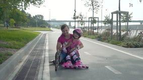 Menina e sua mãe com Rollerblades filme