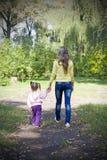 Menina e sua matriz no parque do outono Imagem de Stock Royalty Free