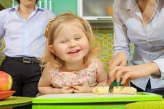 Menina e suas frutas da estaca da matriz Foto de Stock Royalty Free