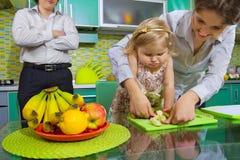 Menina e suas frutas da estaca da matriz Fotografia de Stock Royalty Free