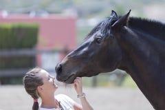 Menina e um cavalo imagens de stock