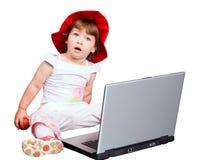 A menina e um computador Fotos de Stock Royalty Free