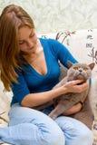 Menina e um gato Fotos de Stock Royalty Free