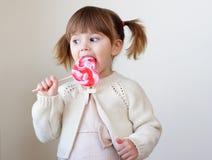 Menina e um lollipop Fotografia de Stock Royalty Free
