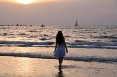 Menina e um mar Imagem de Stock Royalty Free