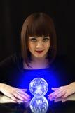 Menina e uma esfera mágica Fotos de Stock
