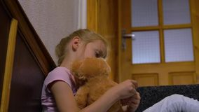 Menina e urso de peluche tristes video estoque