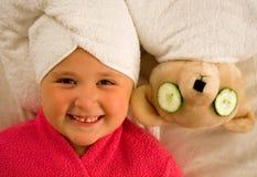 Menina e urso nas toalhas Fotografia de Stock Royalty Free