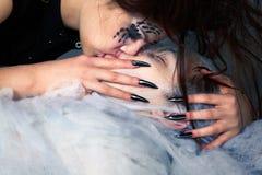 Menina e vítima da aranha Fotos de Stock Royalty Free